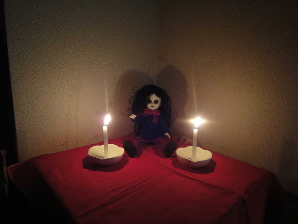 心霊写真「人形の片隅」